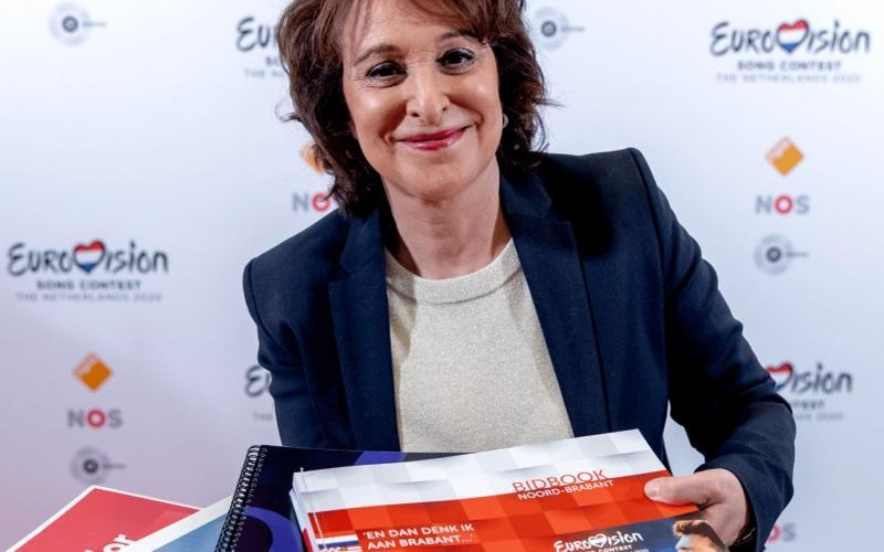 Η Shula Rijxman, υπεύθυνη του NPO, που παρέλαβε τους φακέλους των υποψηφίων πόλεων για τη Eurovision 2020 - NPO